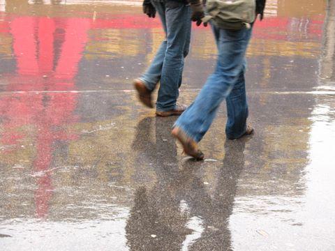Des pieds pressés essaient d'échapper à la pluie