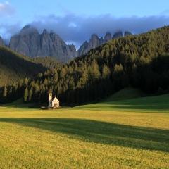 La petite chapelle San Giovanni dans le Val di Funes – juste avant le coucher du soleil