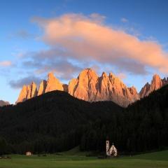 La petite chapelle San Giovanni dans le Val di Funes – coucher du soleil