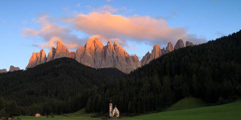 La petite chapelle San Giovanni dans le Val di Funes – coucher du soleil avec le Odle en arrière-plan
