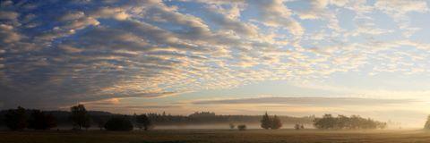 Lever de soleil le long de la route de Francorchamps à l'aérodrome de Spa. Temps de se dépêcher : ces jolis petits nuages annoncent l'arrivée d'une zone de pluie !