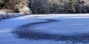 Elégants motifs créés par la neige et le vent sur la glace