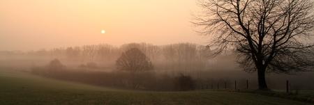 Lever de soleil brumeux sur une petite route entre Waterloo et Ohain