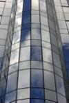 Nuages et ciel se reflétant dans les fenêtres du Parlement Européen à Bruxelles