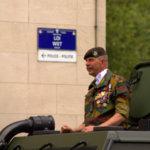 Les forces armées accompagnant la loi et la police. Remarquez les panneaux sur le mur