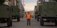 Soldat solitaire réglant la circulation