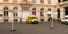 Panneaux indiquant l'accès vétérans pointant vers une ambulance