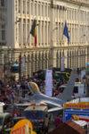 Chasseur F-16 garé au milieu de la Place Royale, parmi les baraques à frites et les vendeurs de gaufres